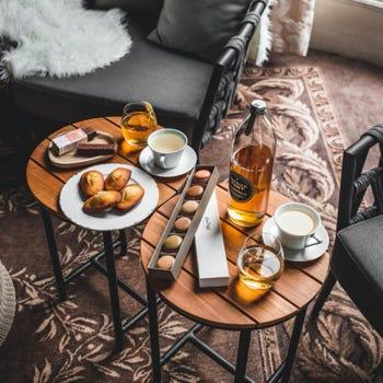 Table avec madeleines et macarons